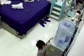 Khoảnh khắc cả bình nước đổ ập vào đầu bé trai, nhưng đáng chú ý nhất là phản ứng của người mẹ