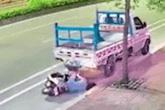 Cô gái trẻ đi xe máy tông cực mạnh vào đuôi xe tải đỗ bên đường, phản ứng sau đó khiến ai nấy hãi hùng