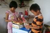 Bé 8 tuổi hồn nhiên thích thú với phần quà nhân ái