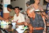 """""""Vòng tay nhân ái"""" tặng hơn 800 suất cơm cho người nghèo"""