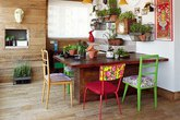 Nhà nổi bật nhờ những chiếc ghế màu sắc... cọc cạch