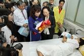 Phó Chủ tịch nước Nguyễn Thị Doan thăm và tặng quà công dân thứ 90 triệu của Việt Nam