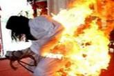 Vợ châm lửa tự thiêu vì chồng không chịu tắm