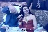 Choáng với clip đại gia Arab bo tiền tấn cho nữ ca sĩ