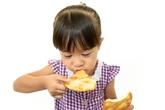Hãy để bé tự ăn khi lên 2 tuổi