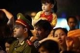 Người cha khắc khổ cõng cô con gái nhỏ trên vai xem rước đèn