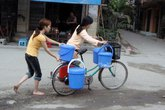 Rùng mình, nhiều người dân Hà Nội ăn… nước ao