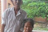Cảm động vợ chồng già bệnh tật chăm nhau