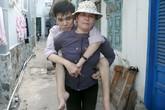 Người mẹ nghèo bỏ xứ lên thành phố 10 năm cõng con đi học