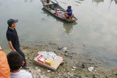 Thi thể trẻ sơ sinh không đầu trôi trên sông