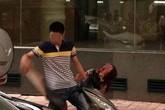 Bất bình cảnh chồng đánh vợ dã man giữa đường