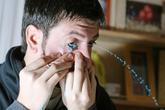 Kinh hoàng người đàn ông vẽ tranh bằng... mắt
