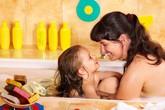 Chuyên gia nói gì về việc cha mẹ cởi đồ trước mặt con?