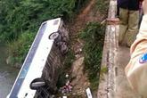 Xe khách chở 35 người lao xuống suối