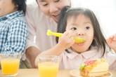 6 điều cha mẹ đừng nên làm với bữa ăn của bé