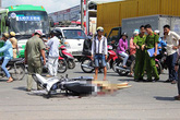 Chồng đau đớn ôm xác vợ mang thai bị xe bồn cán ngang người
