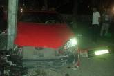 Kinh hoàng xe ô tô đâm vào cột điện đường Đinh Tiên Hoàng