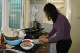 Giá gas tăng, bà nội trợ đổi cách đun nấu