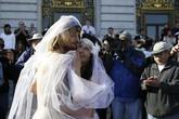 Cặp đôi khỏa thân làm đám cưới giữa đường phố đông đúc