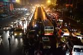 Xe buýt húc đổ cổng thép trên cầu vượt Láng Hạ - Thái Hà