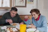 Vợ chồng U90 vẫn tình cảm sau gần 60 năm chung sống