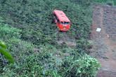 Xe buýt lăn xuống vực, 4 người văng ra ngoài