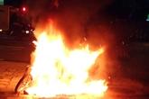 Bị công an phạt, châm lửa đốt luôn xe