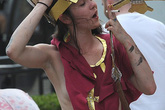 Nữ sinh bán nude, giả Giáo hoàng phát bao cao su