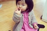 Bé gái ăn giấy vệ sinh thay đồ ăn vặt
