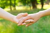 Khi khó khăn, vợ chồng hãy cầm tay nhau