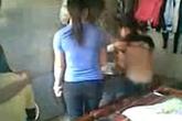 Nữ sinh bị bạn cởi áo và đánh trong nhà vệ sinh