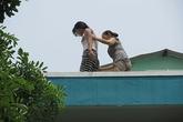 Thót tim với bé gái leo lên tầng thượng trường mầm non