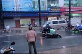 Hoảng hốt với clip té xe hàng loạt trên đường phố Sài Gòn