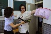 Cấm nữ sinh mặc áo lót có gọng đi thi đại học