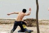 Chồng tàn bạo đập đầu vợ xuống đường cho đến chết