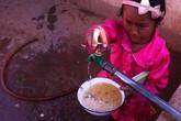 Học sinh chan nước lã làm canh ăn cơm