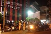 Hàng trăm dân chơi hỗn loạn khi cảnh sát ập vào quán bar