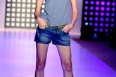 Người mẫu Việt khoe chân dài với short