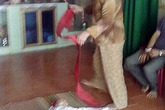 Rồng rắn mang trẻ sơ sinh đến nhờ phun rượu chữa bệnh
