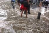 Xôn xao cảnh thiếu nữ lội nước cõng người đàn ông to lớn qua đường