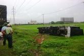 Xe tải bị gió bão 'thổi' bay xuống ruộng