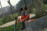 """Say sưa làm """"chuyện ấy"""" trước mặt con trai trong công viên"""