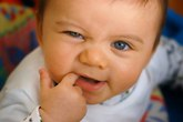 Phân biệt khi bé mọc răng hay bị bệnh