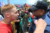 Chàng trai bị trục xuất vì... làm một cảnh sát bật khóc
