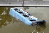 Xe khách lao xuống sông, 31 người gặp nạn