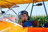 Bé trai 5 tuổi một mình tự... lái máy bay