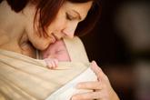 Ôm bé sau sinh - việc nhỏ, lợi ích lớn!