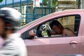 Nam thanh niên lột quần áo nằm ngủ ngoài đường
