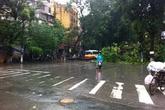 Mưa lớn, phố Hà Nội lại biến thành sông