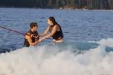Cảm động màn cầu hôn tuyệt đẹp khi đang lướt sóng